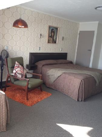 RotoVegas Motel of Rotorua: view of the bed from door