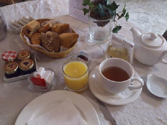 New Orient Hotel: continental breakfast (April 2012)