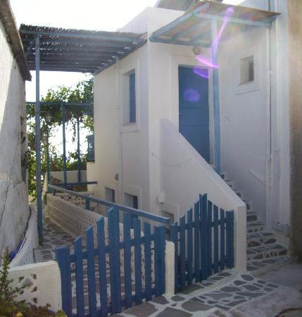 Niki Rooms Apartments: Outside view of Niki Rooms in Chora