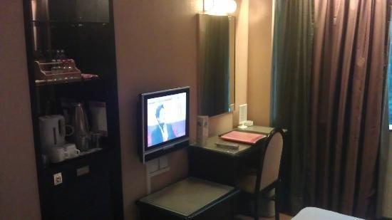 Ramada Hotel Kowloon: TV and writing desk