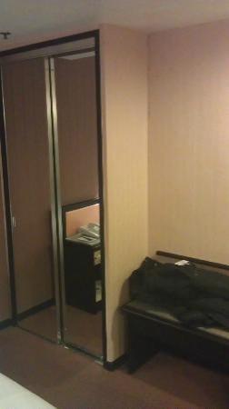 โรงแรมรามาดา เกาลูน: Closet