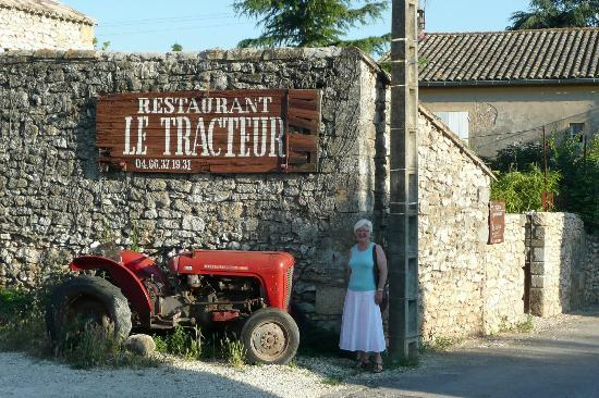 Le Tracteur: the entrance and the eponymous tractor