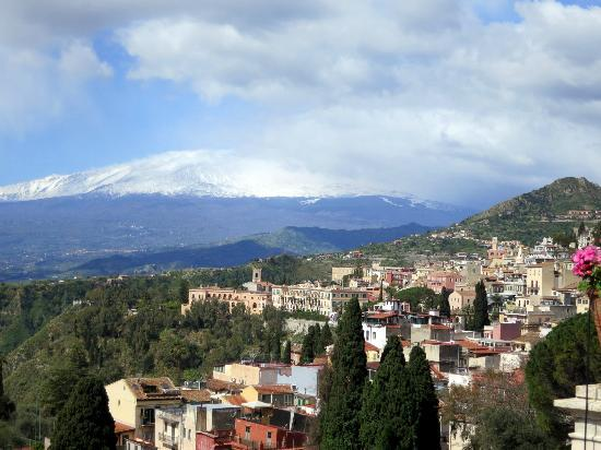 Belmond Grand Hotel Timeo : View of Mt. Etna from the hotel