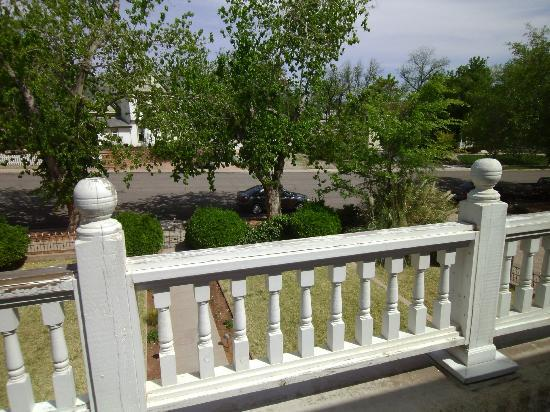 Seven Wives Inn: Public Balcony