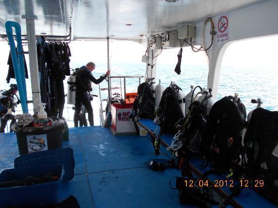 Eden Divers Khao Lak: Viel Platz für´s Equipment - immmer eine helfende Hand