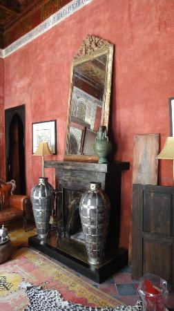 دار دارما - رياض: Fireplace in Red Apartment