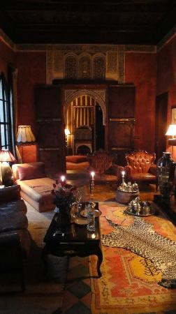 Riad Dar Darma: Lounge area beautifully lit with candles