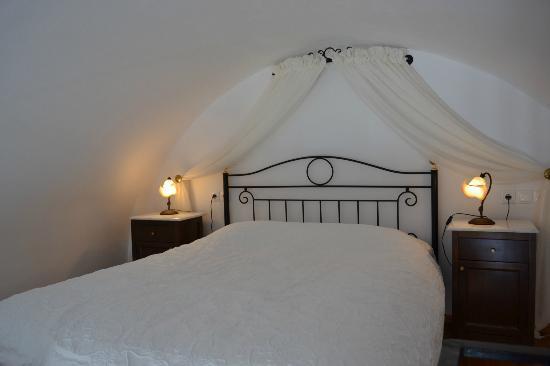 Reverie Santorini Hotel : Bed in loft