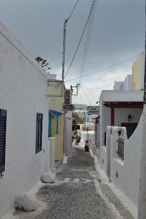 Reverie Santorini Hotel : Located on walkway