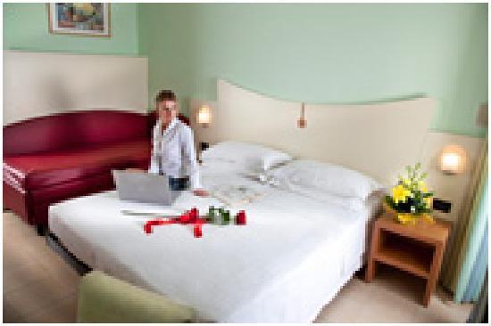 Camera da letto con divano picture of hotel zeus viserba