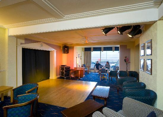 Bay Strathmore Hotel: Entertainment Area