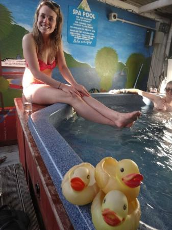 The Villa Backpackers Lodge: Hot tub! (outdoors)