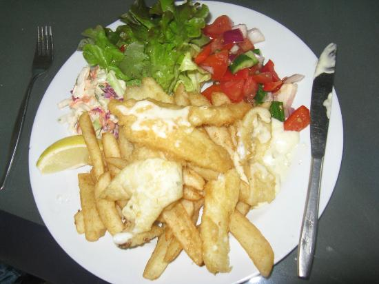Pelican Rocks Seafood Restaurant: Whiting with chips and salad