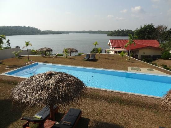 Kalla Bongo Lake Resort: View of the pool and lake from first floor pool room