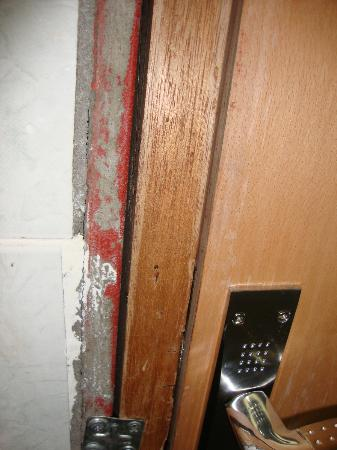 Al Yarmouk Hotel : Bathroom door