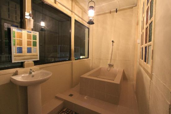 Dwell by Palanquinn: Loft Suites 2 bathroom beside family room