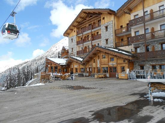 Hotel Carlina: Vue de l'hôtel depuis sa terrasse, la piste et la montagne dans le dos.