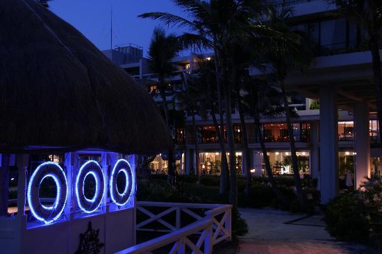 Hotel Moon Beach: 夜のホテルの雰囲気