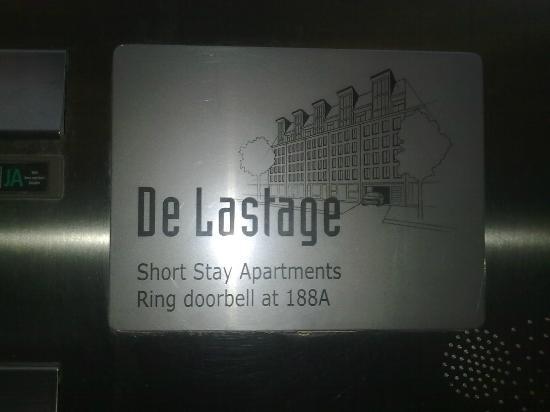 De Lastage Apartments: Insegna