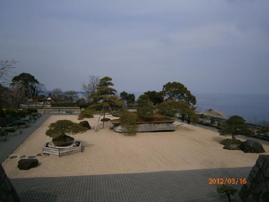 Akao Herb and Rose Garden: 海も見える日本庭園