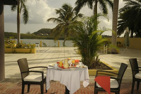 Grand Royal Antiguan Beach Resort: Beautiful setting for breakfast