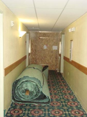 Americas Best Value Inn & Suites Colorado Springs: Hallway