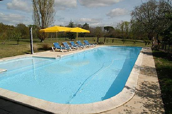 Noaillac, France: relax around the pool