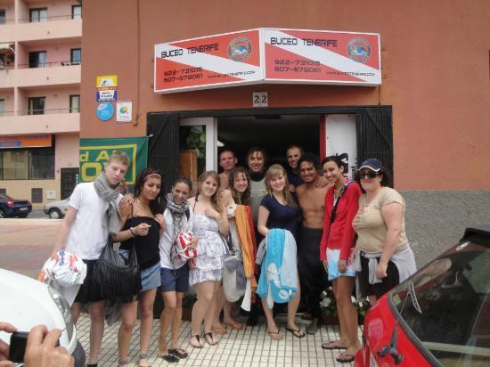 Buceo Tenerife : grupo frente al portal del centro de buceo