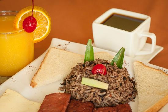 H&B Lodge and Restaurant: Desayuno tipico con salchichon