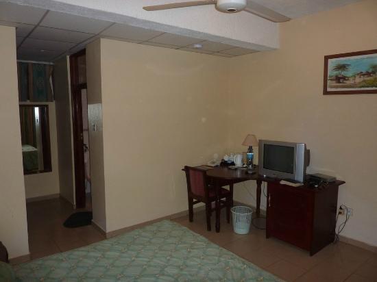 Dragonaires Restaurant & Hotel : Sat TV in the rooms.