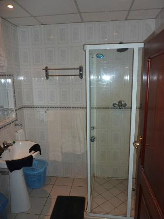Dragonaires Restaurant & Hotel: Clean Bathrooms. Great Hot Showers