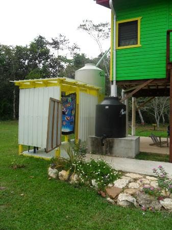 Lower Dover Field Station & Jungle Lodge: Rasta outside shower room