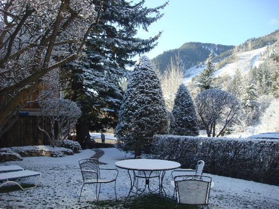 St. Moritz Lodge & Condominiums: Área externa após aqueda de neve