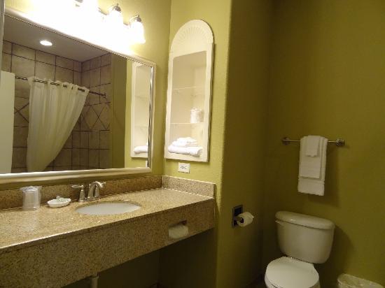 Best Western Hebbronville Inn: Stylish tiled restrooms