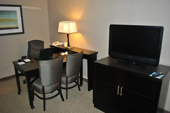 Embassy Suites by Hilton Raleigh - Crabtree: Desk and Television