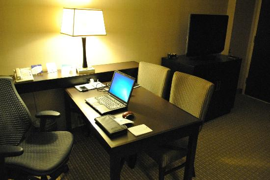 Embassy Suites by Hilton Raleigh - Crabtree : Desk