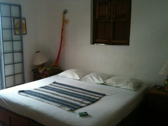 Tamarindo Bed and Breakfast: king size bed dans la chambre