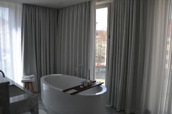 Hyperion Hotel Dresden am Schloss: Offenes Bad im Zimmer