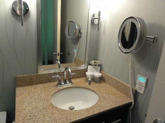 Crowne Plaza Memphis Downtown: Salle de bain lumineuse