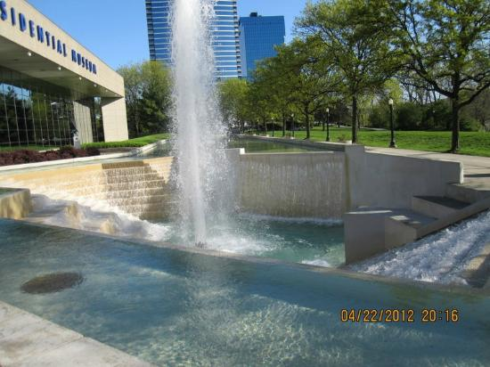 Gerald R. Ford Museum: Pool and waterfall leading to Museum Entrance
