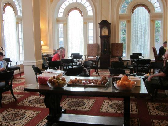 Beresford Arms: Salle du petit déjeuner dans le hall