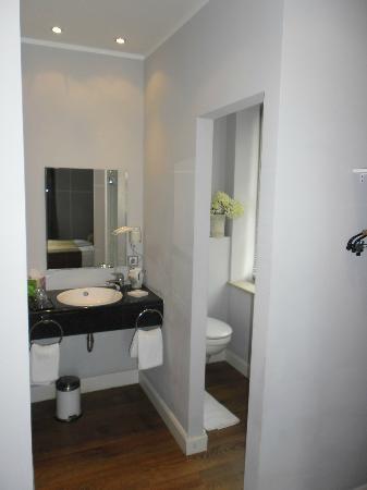 Das Nikolai Hotel: Il bagno finestrato
