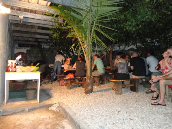Hostal Mamallena: bbq en el patio