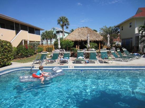 Palm Terrace Resort: Pool and Tiki Bar