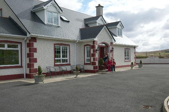 Gort Na Mona B & B: Fiona and children waving goodbye