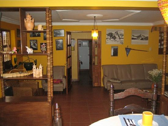 La Casa  de Zarela: Tv lounge