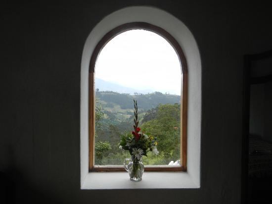 Casa Mojanda: Bedroom with fresh flowers from the garden