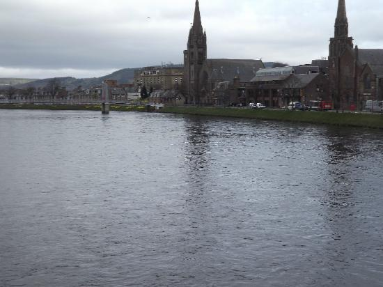 BEST WESTERN Inverness Palace Hotel & Spa: Looking along the river.