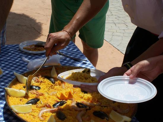 Playacartaya Spa Hotel: Paella en la Piscina