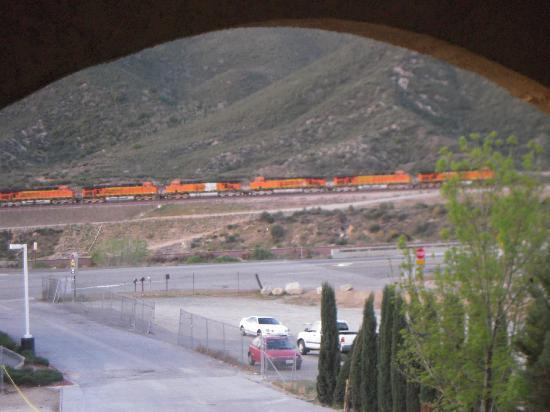 BEST WESTERN Cajon Pass: Train keep a rolling all night long.